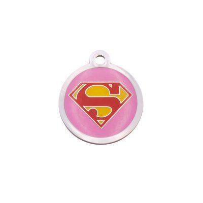 Placa identificativa redonda con el logo de superman sobre fondo rosa